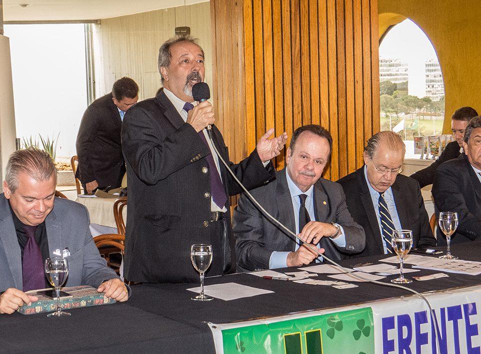 Jodismar Amaro discursa para os deputados da Frente Parlamentar